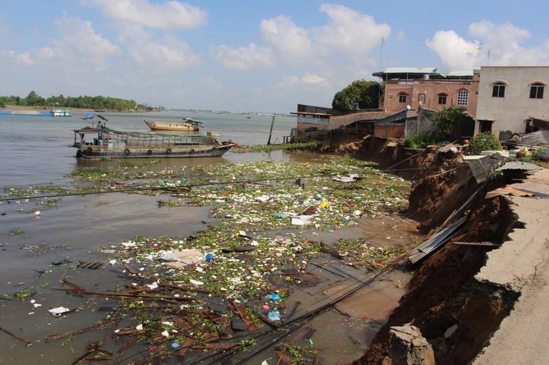 14 nhà trôi sông, An Giang ban bố tình trạng khẩn cấp - ảnh 2