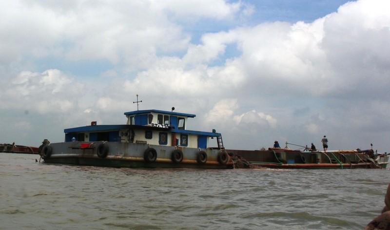 Tuyên chiến với 'cát tặc' trên sông Hàm Luông - ảnh 1