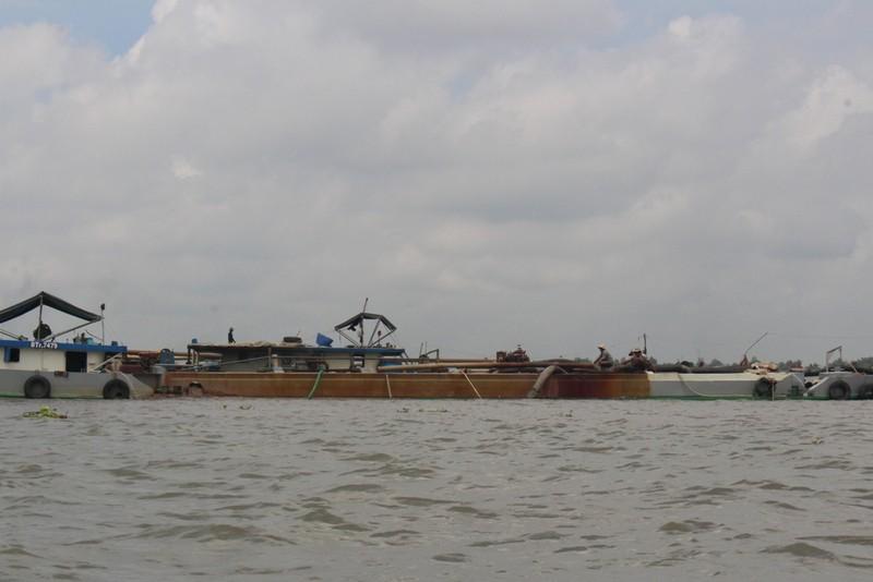 Tuyên chiến với 'cát tặc' trên sông Hàm Luông - ảnh 2