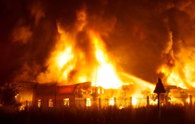 'Bà hỏa' thiêu rụi xưởng sản xuất nệm ở An Giang - ảnh 1