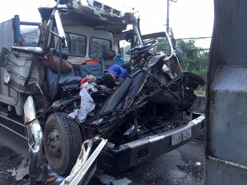 Xe tải húc đuôi ô tô đậu giữa đường, 2 người tử vong - ảnh 1