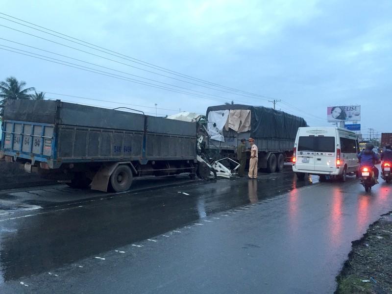 Xe tải húc đuôi ô tô đậu giữa đường, 2 người tử vong - ảnh 2