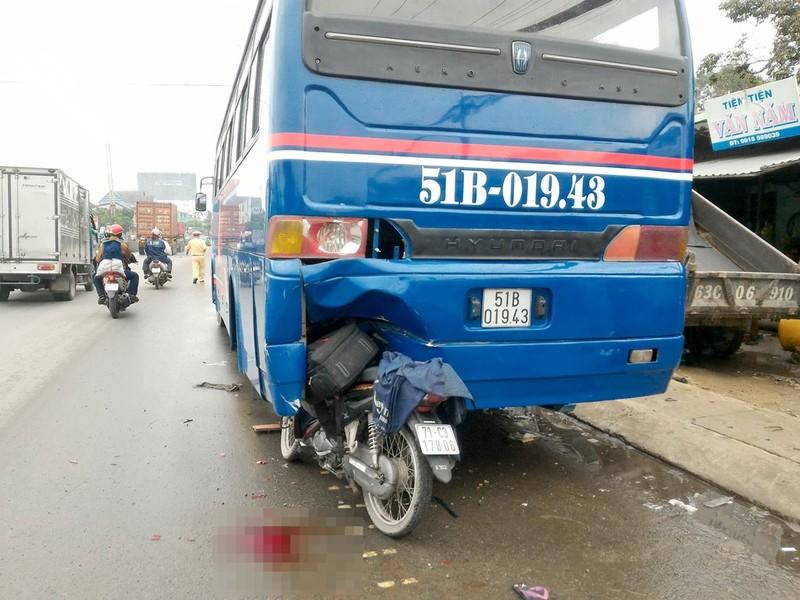 Xe máy dính chặt vào đuôi ô tô khách đang dừng sửa chữa - ảnh 1