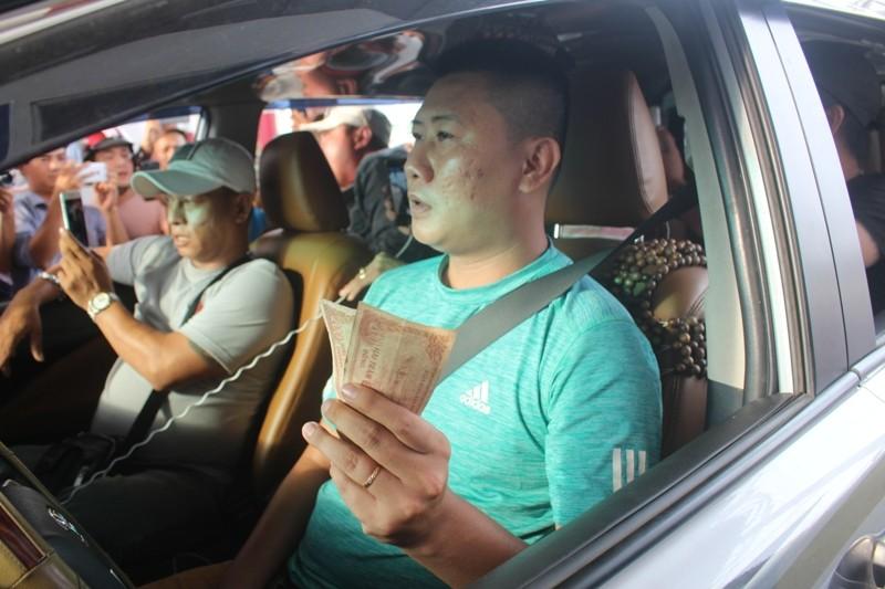 Nóng: Tài xế bắt đầu dùng tiền lẻ, BOT Cai Lậy ách tắc - ảnh 1