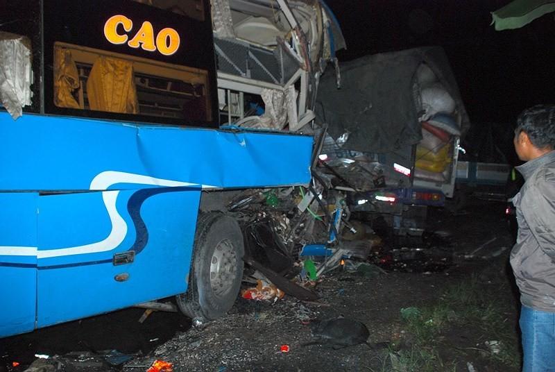 Tai nạn xe giường nằm trên QL1A, 13 người thương vong - ảnh 1