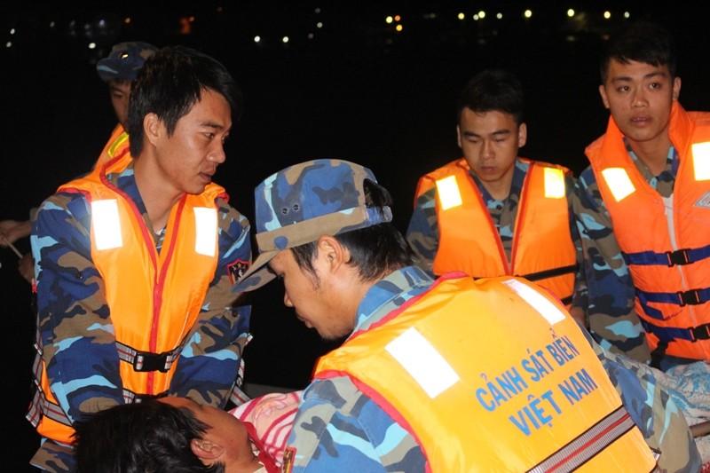 Cảnh sát biển chuyển kịp 1 ca chấn thương sọ não vào bờ - ảnh 1