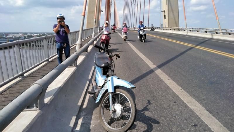 Bỏ xe trên cầu Rạch Miễu, nam thanh niên nhảy sông Tiền - ảnh 1