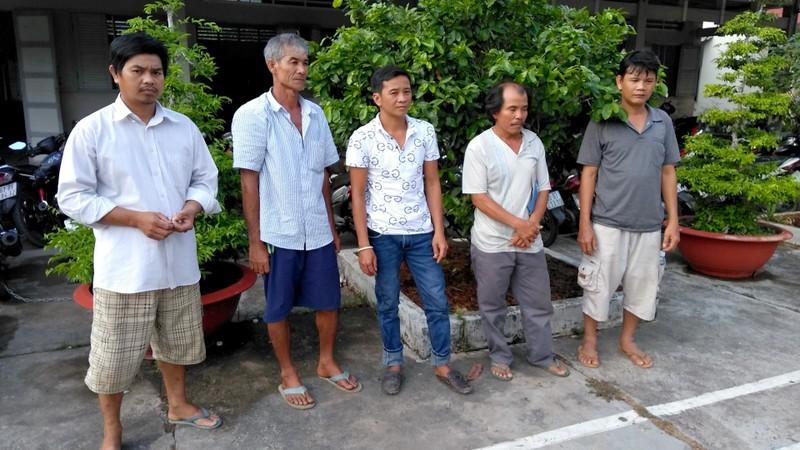 Phá ổ đá gà ăn tiền bắt 5 con bạc ở Châu Thành, Tiền Giang - ảnh 1
