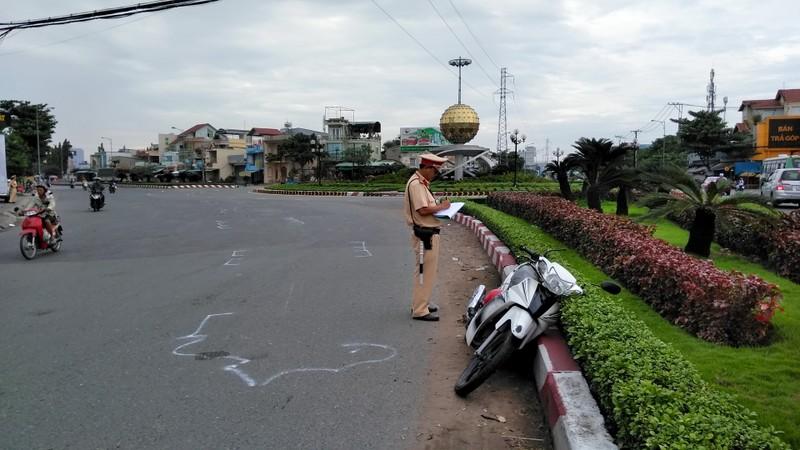 Ô tô đầu kéo đẩy người phụ nữ chạy xe máy cả chục mét - ảnh 1