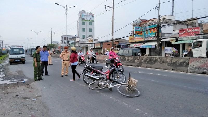 Cụ bà 70 tuổi chạy xe đạp tự té xuống đường bất tỉnh - ảnh 1