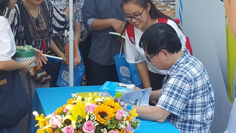 Hàng trăm người miền Tây đội nắng xin chữ ký Nguyễn Nhật Ánh - ảnh 2