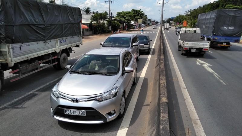 Tông xe liên hoàn ở đường dẫn cao tốc TP.HCM –Trung Lương - ảnh 1