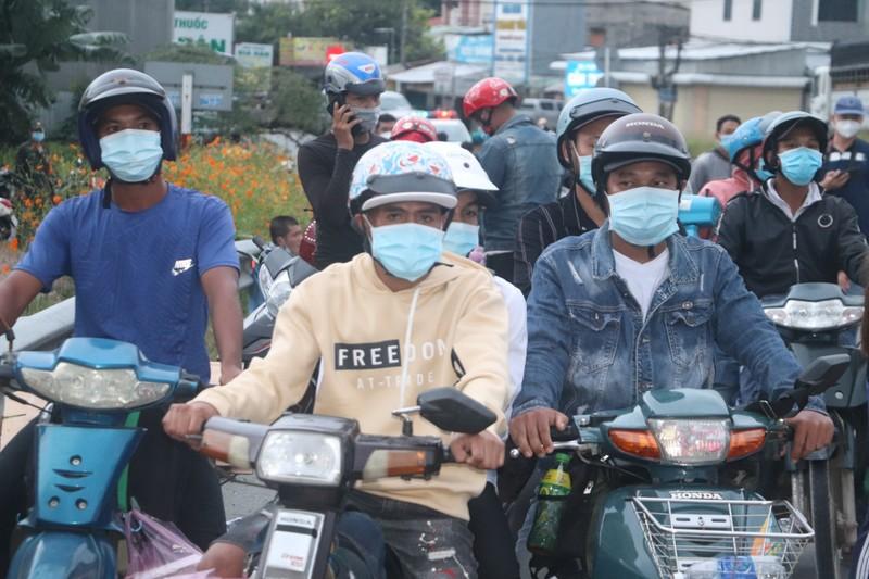 Hàng chục người về quê Bạc Liêu, Sóc Trăng bị chặn tại cửa ngõ vào Hậu Giang - ảnh 3