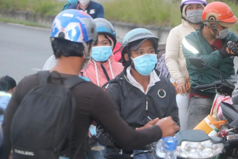 Hàng chục người về quê Bạc Liêu, Sóc Trăng bị chặn tại cửa ngõ vào Hậu Giang - ảnh 4