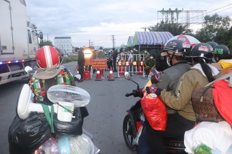 Hàng chục người về quê Bạc Liêu, Sóc Trăng bị chặn tại cửa ngõ vào Hậu Giang - ảnh 2
