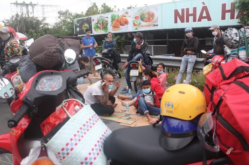 Hàng chục người về quê Bạc Liêu, Sóc Trăng bị chặn tại cửa ngõ vào Hậu Giang - ảnh 5