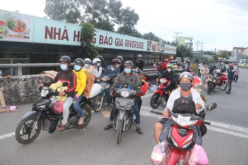 Hàng chục người về quê Bạc Liêu, Sóc Trăng bị chặn tại cửa ngõ vào Hậu Giang - ảnh 1