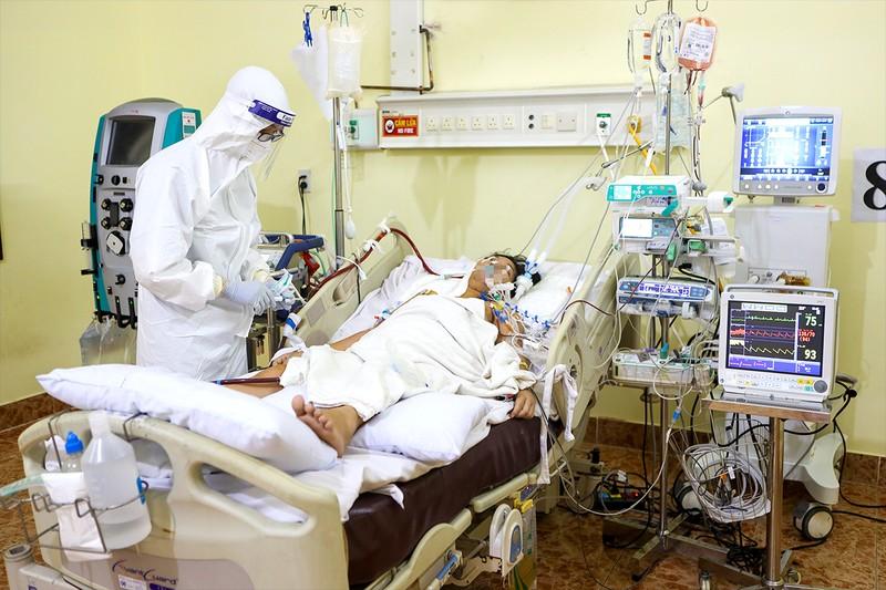 Canh từng nhịp thở, tắm gội, an ủi bệnh nhân COVID-19 - ảnh 1