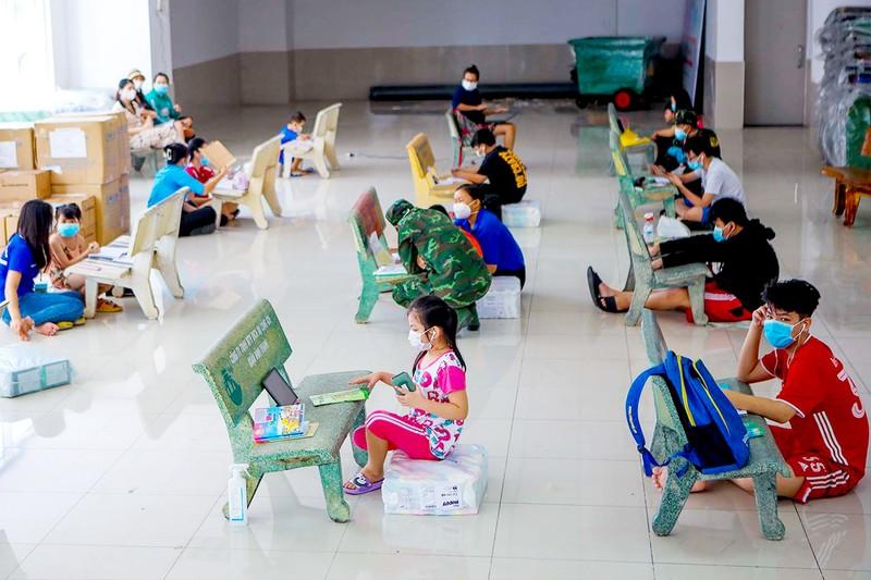 Lớp học dã chiến cho trẻ em vùng xanh - ảnh 1