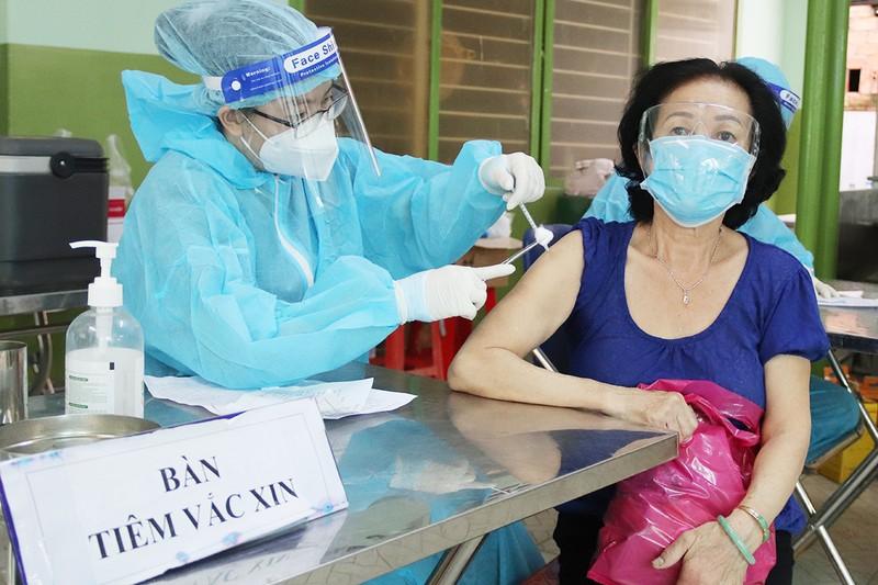 TP.HCM phủ gần 100% vaccine mũi 1 người trên 18 tuổi - ảnh 1
