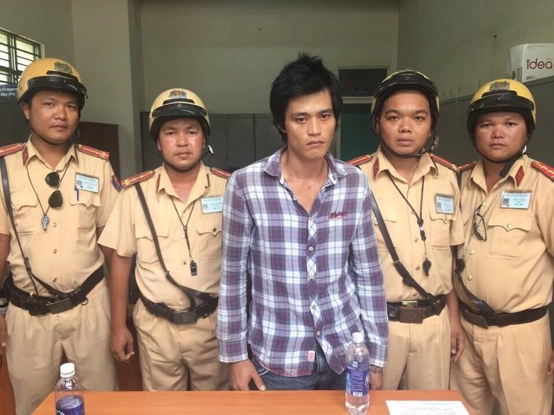 CSGT Đội Phú Lâm truy bắt kẻ cướp xe máy - ảnh 1