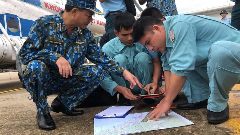 Phó Tư lệnh Không quân tham gia cứu hộ ở Huế - ảnh 2