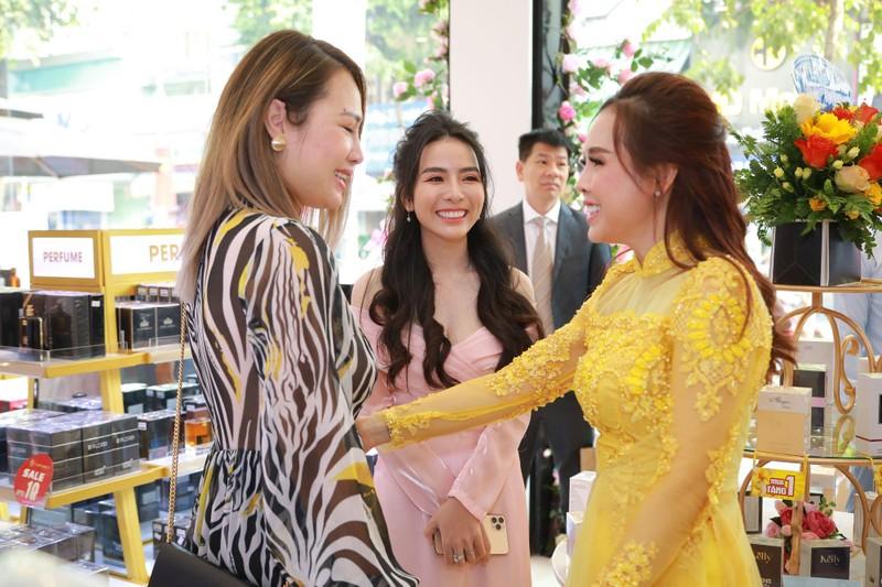 Nhiều khách hàng dự khai trương chi nhánh 9 AB Beauty World - ảnh 1