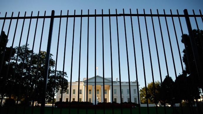 Leo rào vào Nhà Trắng, đá gục cả chó nghiệp vụ - ảnh 1