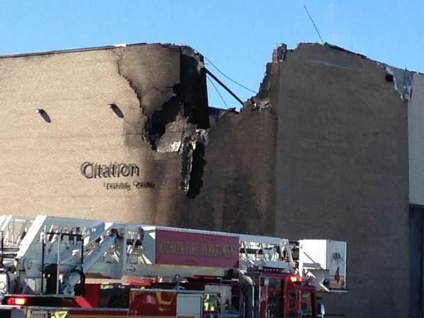 Máy bay đâm vào tòa nhà tại sân bay Mỹ - ảnh 2