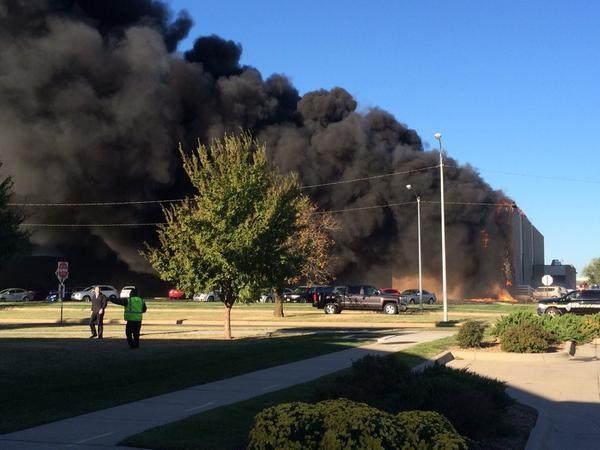 Máy bay đâm vào tòa nhà tại sân bay Mỹ - ảnh 1