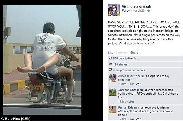 Choáng: Cặp nam nữ làm tư thế 'yêu' khi đang chạy xe máy - ảnh 2