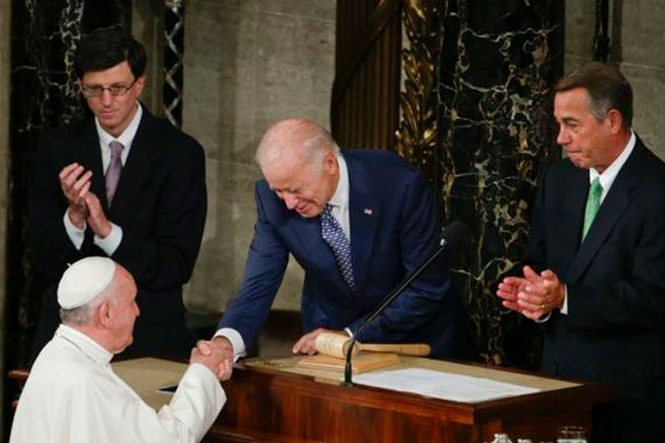 Đức giáo hoàng kêu gọi Mỹ giữ hòa bình, ngừng bán vũ khí - ảnh 1