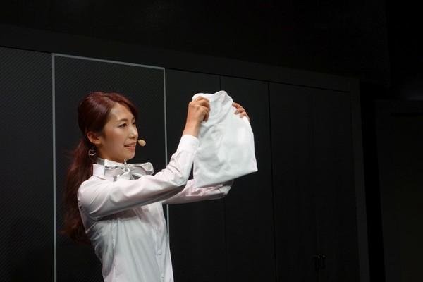 Nhật Bản: Robot có thể gấp quần áo - ảnh 1