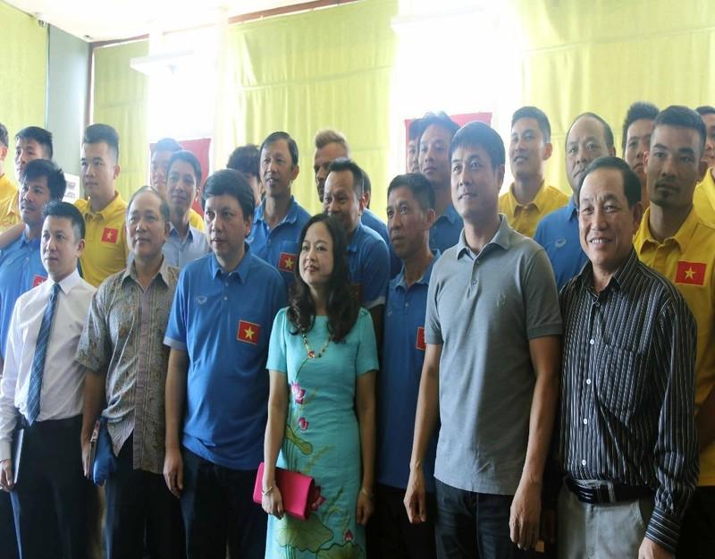 Đại sứ Việt Nam tại Myanmar thăm hỏi đội tuyển Việt Nam trước giờ ra quân
