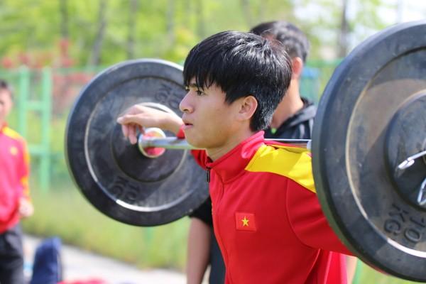 U-20 Việt Nam gồng mình gánh tạ rèn sức mạnh - ảnh 2