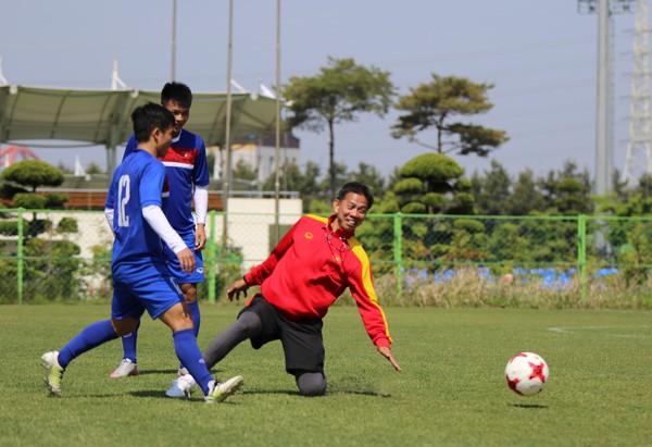 U-20 Việt Nam gồng mình gánh tạ rèn sức mạnh - ảnh 1