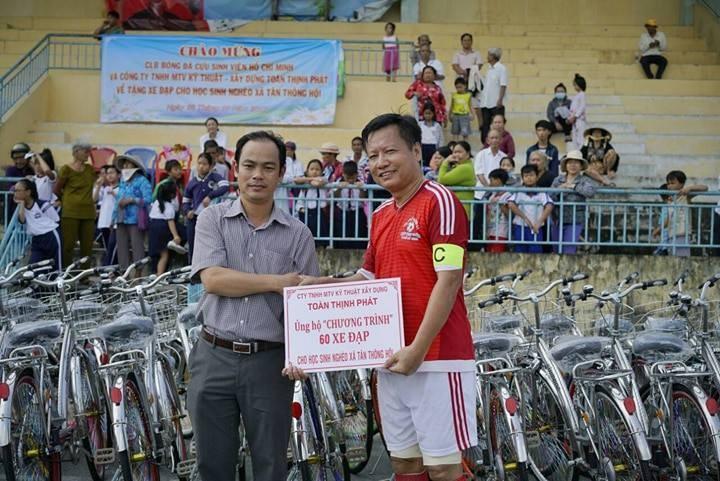 CLB Cựu sinh viên TP.HCM đá bóng 'Tiếp sức đến trường' - ảnh 1