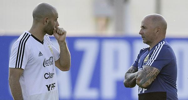 Mascherano tin vào Messi, nghi lật đổ HLV Sampaoli - ảnh 1