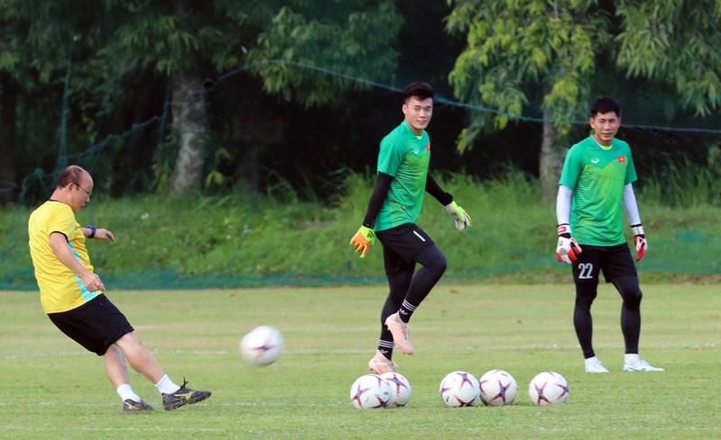 Ông Park dạy tiền đạo ghi bàn và thủ môn chống không chiến - ảnh 4