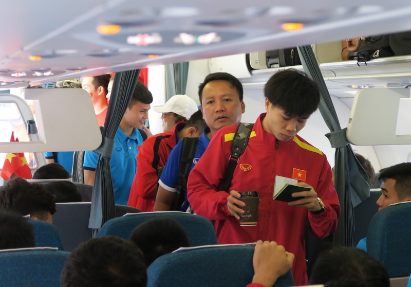 Đội tuyển Việt Nam bị 'bao vây' khi về trên chuyên cơ - ảnh 2