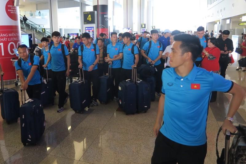 Đội tuyển Việt Nam bị 'bao vây' khi về trên chuyên cơ - ảnh 3