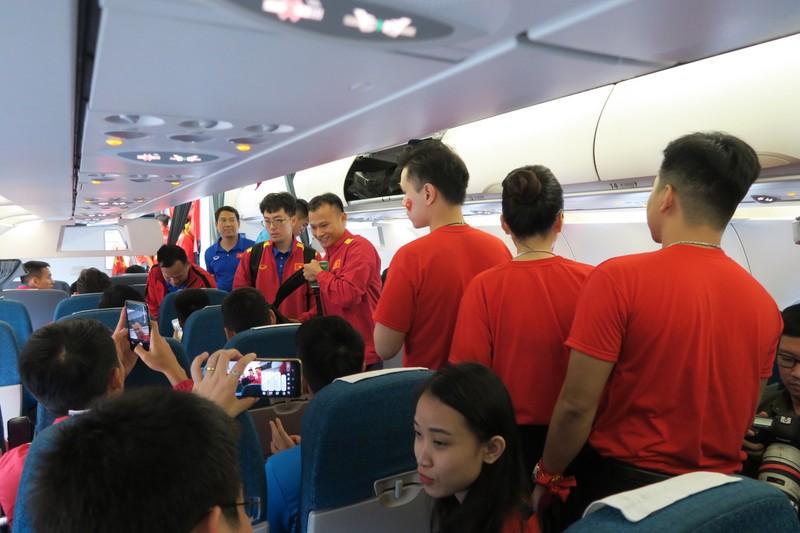 Đội tuyển Việt Nam bị 'bao vây' khi về trên chuyên cơ - ảnh 7