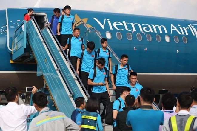 Đội tuyển Việt Nam bị 'bao vây' khi về trên chuyên cơ - ảnh 4