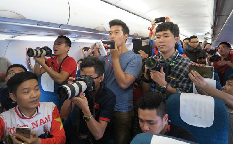 Đội tuyển Việt Nam bị 'bao vây' khi về trên chuyên cơ - ảnh 6