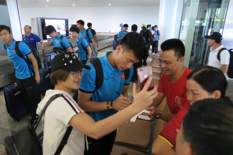 Đội tuyển Việt Nam bị 'bao vây' khi về trên chuyên cơ - ảnh 8