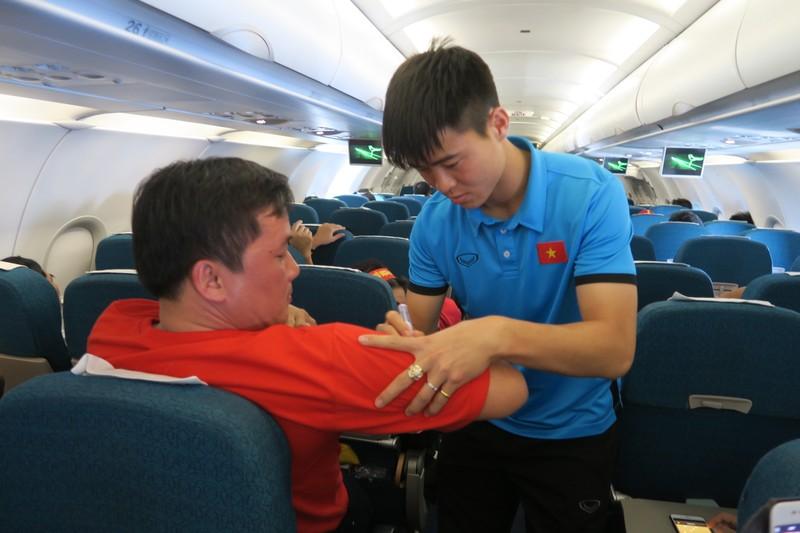 Đội tuyển Việt Nam bị 'bao vây' khi về trên chuyên cơ - ảnh 9
