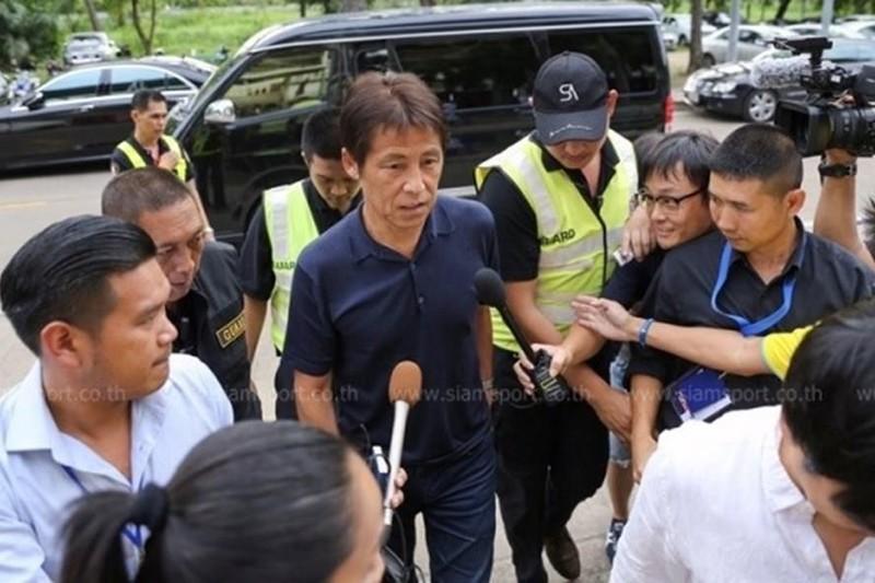 Chủ tịch LĐBĐ Thái Lan Somyot phản ứng HLV Akira Nishino - ảnh 1