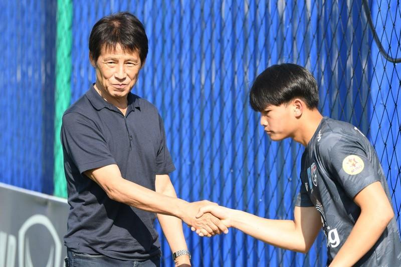 HLV Nishino gặp gỡ tuyển trẻ Thái trước cuộc đụng độ Việt Nam - ảnh 1