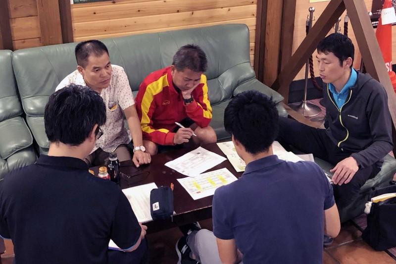 HLV Nishino gặp gỡ tuyển trẻ Thái trước cuộc đụng độ Việt Nam - ảnh 2