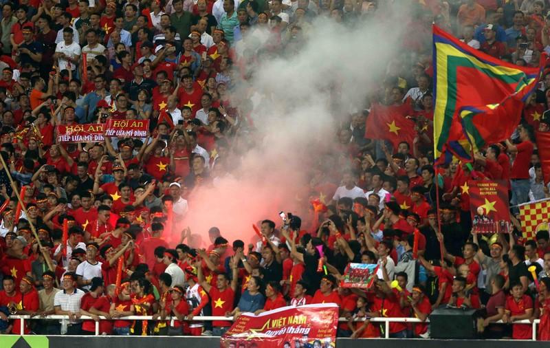 'Soi' hooligan ở sân Mỹ Đình trận tiếp Malaysia - ảnh 1